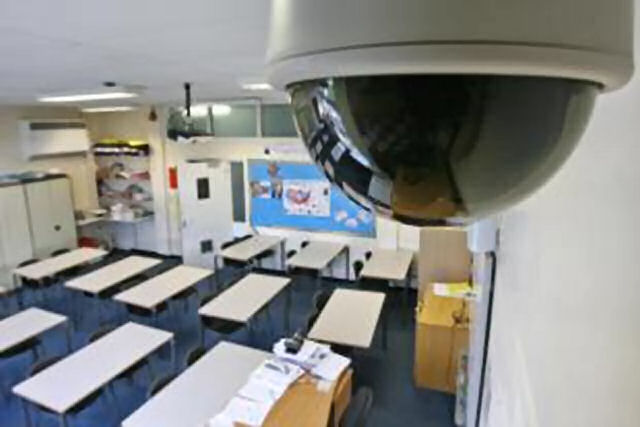 Видеикамера в училищен коридор